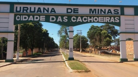 """Portal da cidade de Uruana de Minas pintado em bege e verde escuro em que se lê """"cidade de cachoeiras"""""""