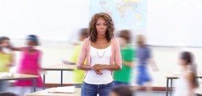 Jovem professora perde controle da sala de aula