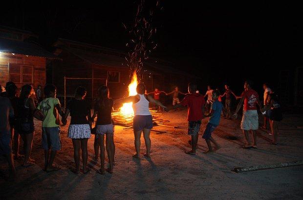 Na noite de 12 de junho, todos se reuniram para os festejos. Uma das alunas explicou para a turma a tradição local para se tornar comadre ou compadre de fogueira. Orientadas por ela, as duplas de amigos cantaram os versos.