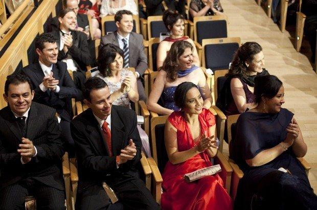 Os 11 educadores premiados aproveitam a cerimônia na plateia da Sala São Paulo