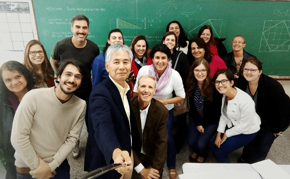 Professor Akihiro Takahashi e grupo de professores no final da aula