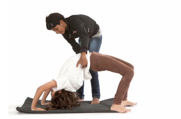 O estudo da ginástica artística encerrou as atividades do projeto. Jacqueline propôs a vivência do esporte apresentando diversas posições como esta. Em duplas, as crianças reproduziram o movimento. Fotos Manuela Novais e Raoni Maddalena
