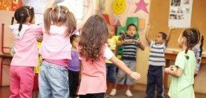Crianças em pé em roda dançando