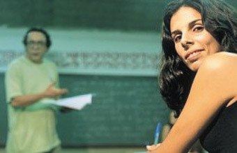 Indira, na faculdade, e lecionando: formação melhor garante salário conco vezes maior. Foto: Gilvan Barreto