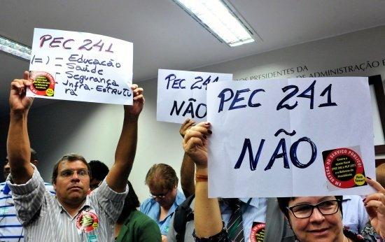 Manifestantes contra a PEC 241 levantam cartazes durante comissão especial que discutiu o assunto na Câmara dos Deputados