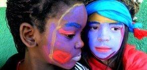 Professora transforma corpo dos alunos em suporte para Arte