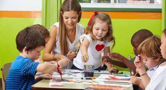 Numa sala com muitas crianças, o professor pode diversificar as atividades para conseguir fazer intervenções pontuais (Foto: Shutterstock)