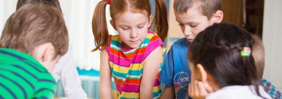 Crianças resolvem problemas de Matemática em sala de aula