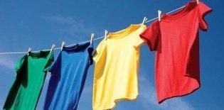 Camisetas coloridas no varal