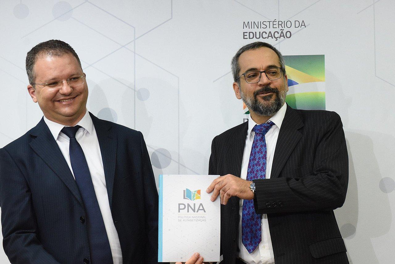 O ministro da Educação, Abraham Weintraub e o secretário de Alfabetização, Carlos Nadalim, no lançamento da Cartilha da Política Nacional da Alfabetização em Brasília