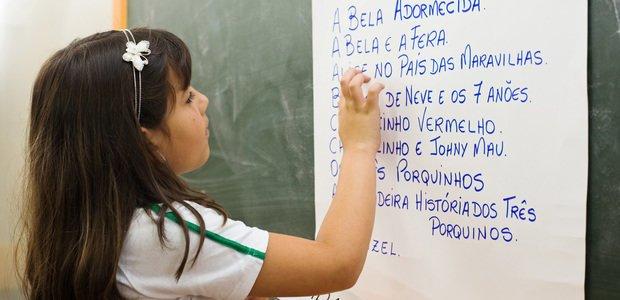 Aluna da professora Tatiana Garcez Jora escrevendo lista de livros infantis na lousa, na EMEF Laura Lopes. São Caetano do Sul/SP - 2009. Foto: Tatiana Cardeal