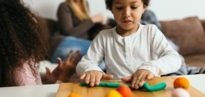 6 dicas para brincar de massinha com as crianças em casa