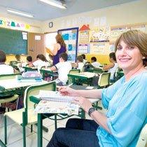 Em uma ficha, Maria Inês toma nota dos conteúdos trabalhados e os saberes prévios dos alunos. Foto: Calil Neto