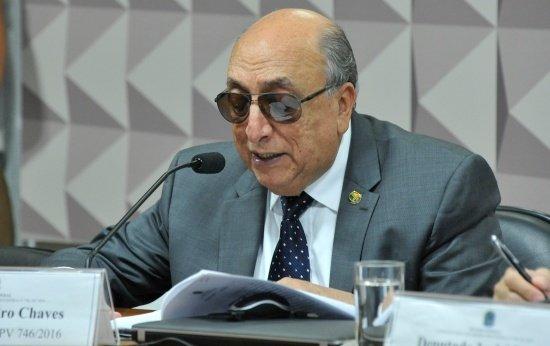 Retrato do Senador Pedro Chaves lendo o relatório do Novo Ensino Médio na Câmara dos Deputados