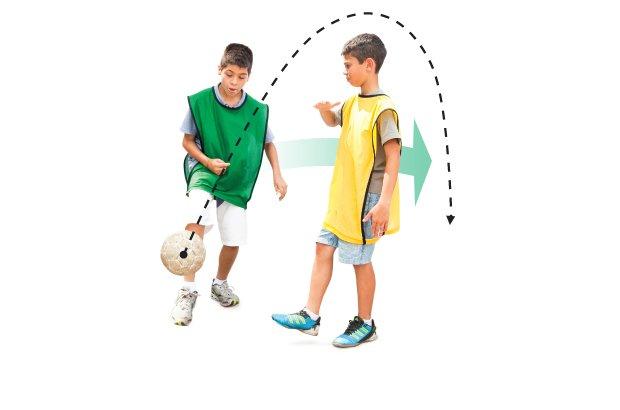 No chapéu, o jogador levanta bola com o dorso do pé e corre para recuperá-la enquanto ela passa por cima do adversário