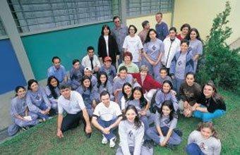 A diretora Jaqueline com pais, alunos e funcionários: trabalho em equipe para garantir um ensino de qualidade. Foto: Joel Rocha