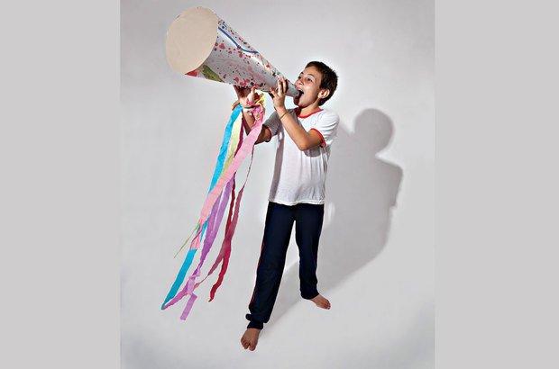 Megafone na mão, Tadeu João Paulo da Cunha Jr., 10 anos, canta para o mundo. Marcos Rosa
