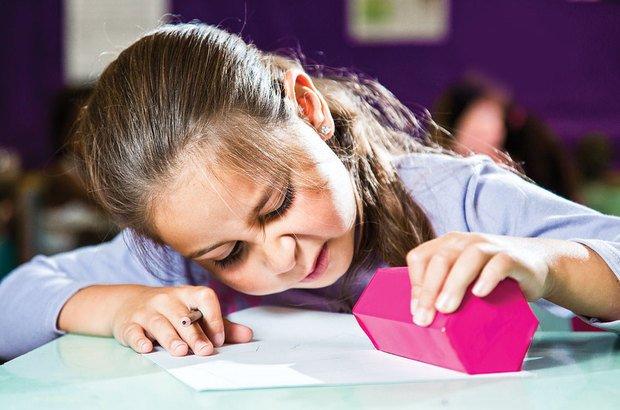 Os alunos observaram caixas e tentaram desenhá-las como se estivessem abertas. Tamires Kopp