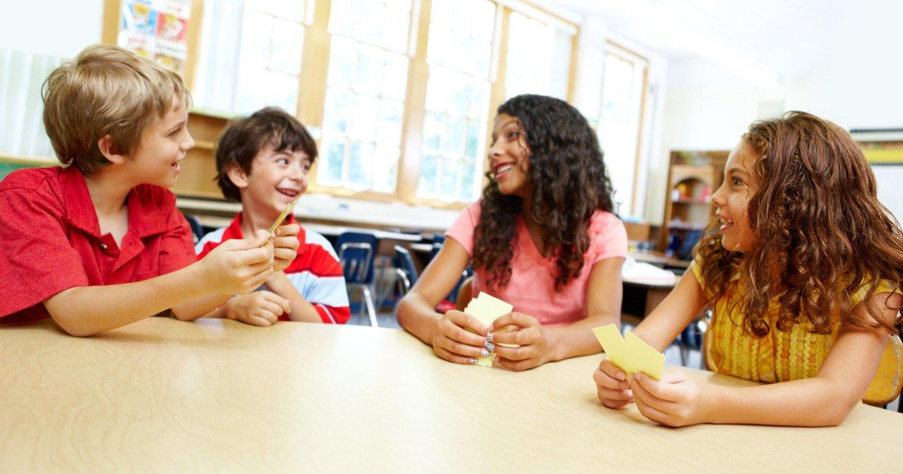 Crianças jogando cartas