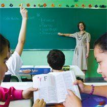 A professora Regina Coeli do Couto divide os alunos do 3º ano em duplas para que compartilhem suas impressões e ideias. Foto: Marina Piedade