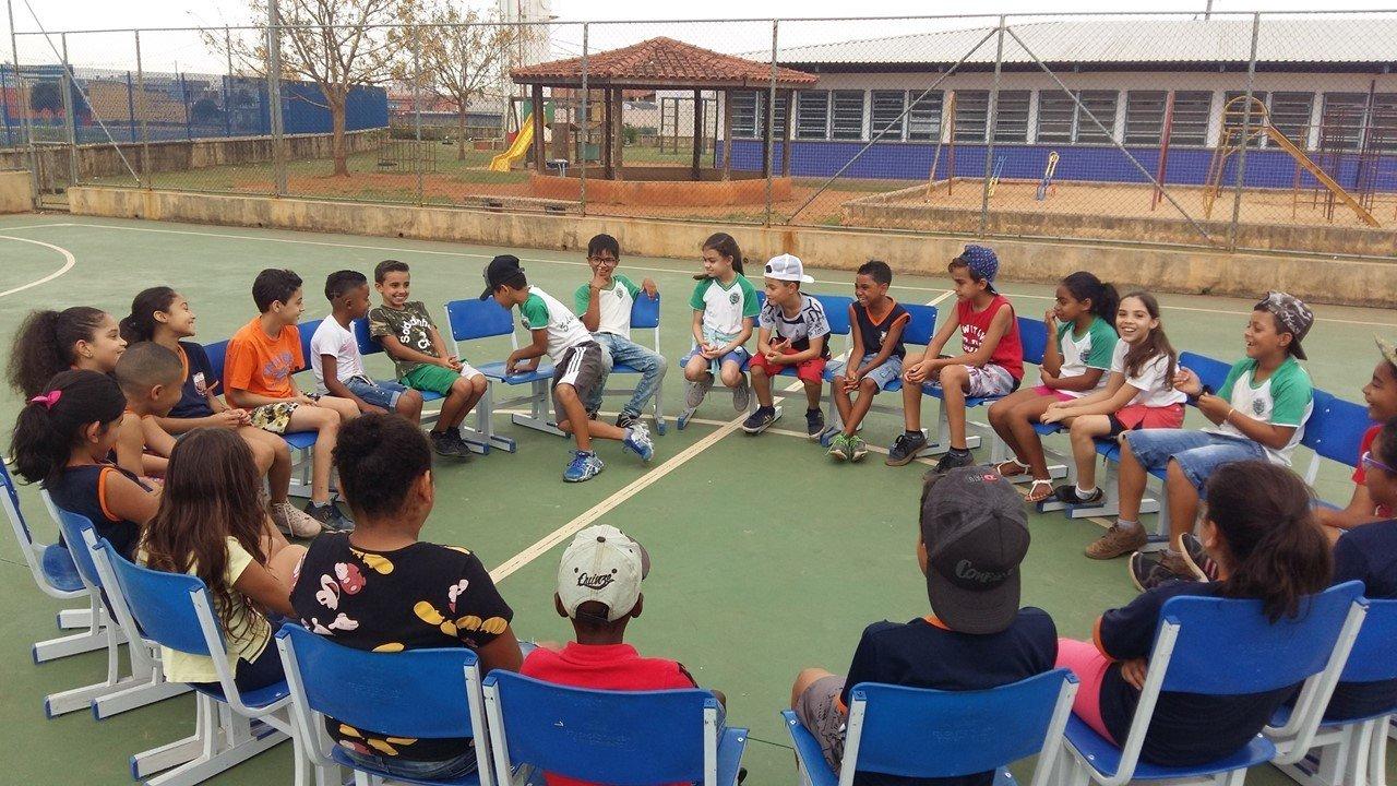 Os alunos do professor Luiz Gustavo Bonatto Rufino reunidos em uma roda de conversa na quadra da escola