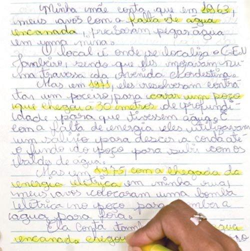 FAZ HISTÓRIA Na EMEF Professora Thereza Maciel de Paula, os pontos-chave dos relatos dos moradores antigos do bairro são sublinhados. Foto: Kriz Knack