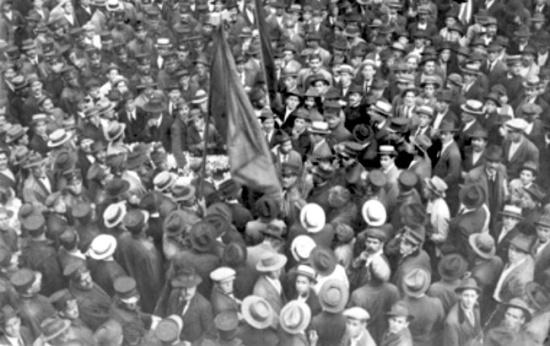 Funeral de José Martinez no cemitério do Araçá, em 1917, que deflagrou a primeira greve geral do Brasil