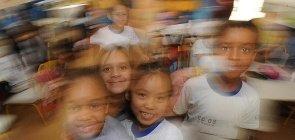 Crianças brincam em sala de aula do Ensino Fundamental