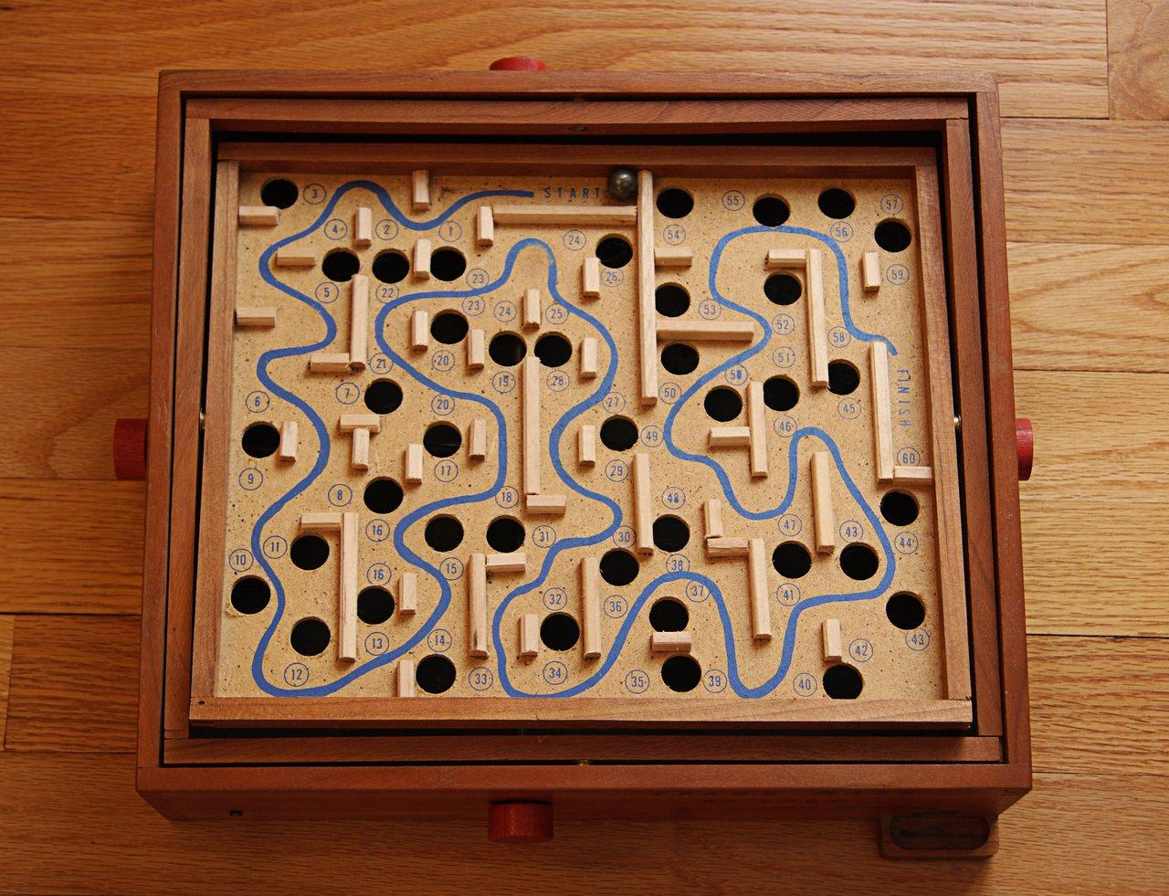Imagem de um jogo de labirinto de madeira em uma mesa
