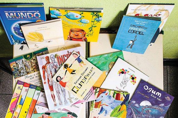 Selecione obras literárias e informativas adequadas à idade da turma. Todos podem aproveitá-las na aula e nos intervalos.