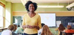 Professora mantém postura diante da classe: para evitar dores nas costas