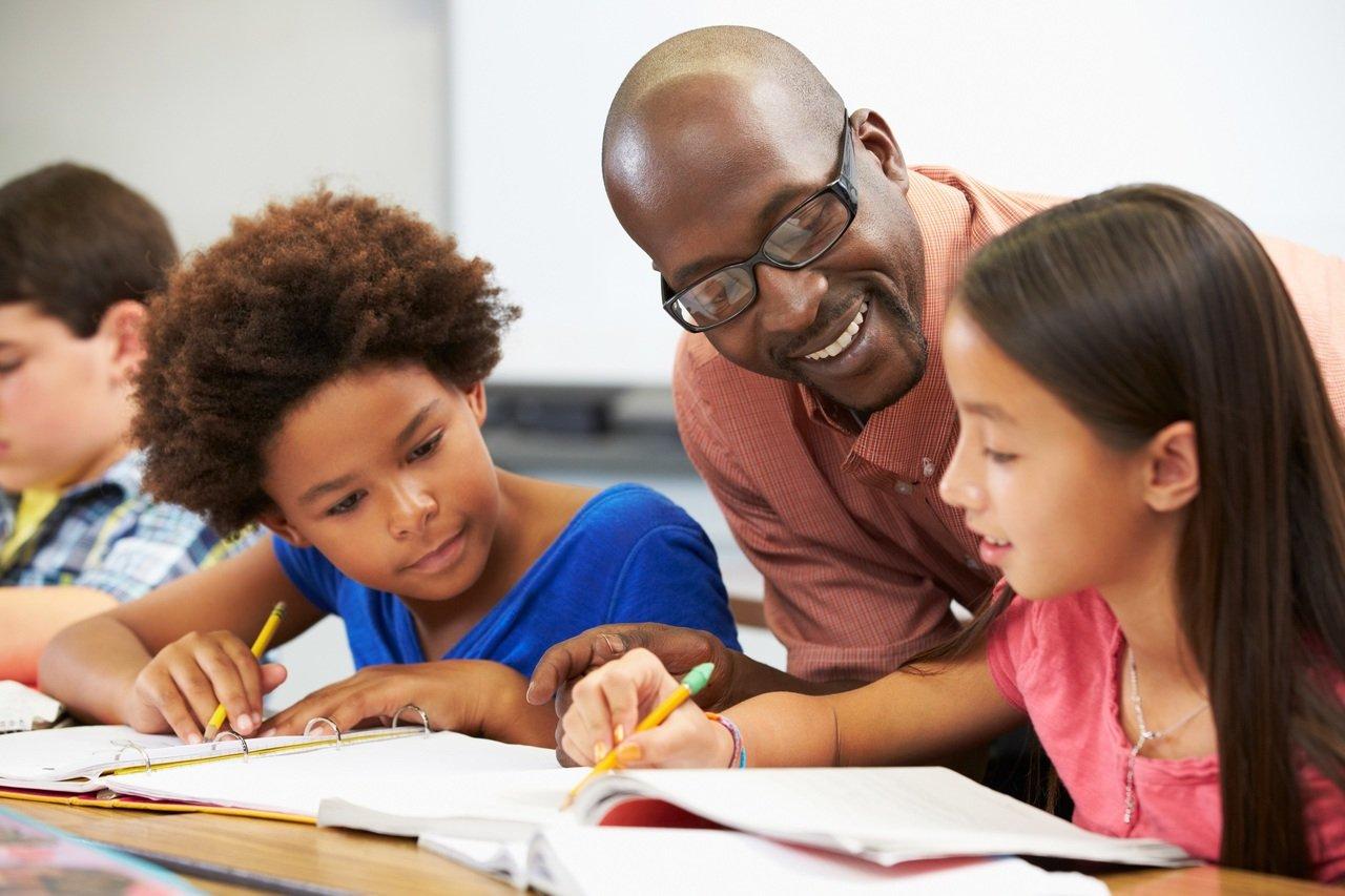Professor negro ensina alunos em sala de aula