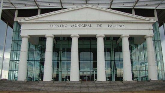 Fachada do Teatro Municipal de Paulínia, que mistura colunas neoclássicas com paredes de vidro