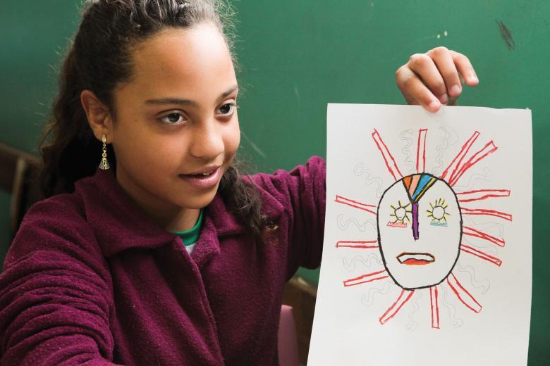 Aluna mostra desenho de máscara africana