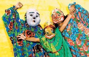 Máscaras de papelão e roupas de chita: com poucos gastos, o boneco fica pronto. Foto: Meireles Jr