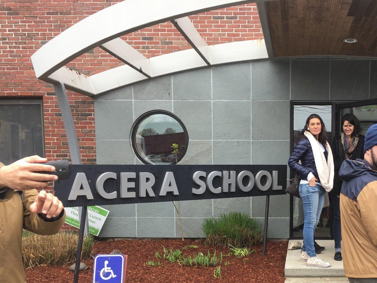 Fachada da Acera School, em Winchester, nos Estados Unidos.