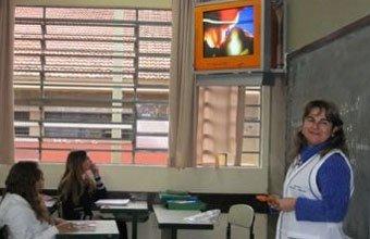Ana Rita e a TV pendrive: aula de Ciências. Foto: Denise Pellegrini