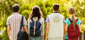 Estudantes caminham juntos para escola