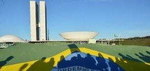 Bandeira do Brasil é vista diante do Congresso Nacional em Brasília