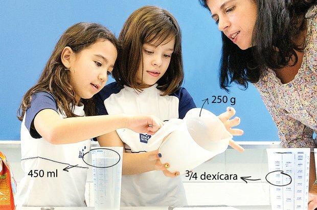 Andréa apresentou à turma diferentes instrumentos e unidades de medida. Foto Ramón Vasconcelos. Ilustração Marcella Briotto