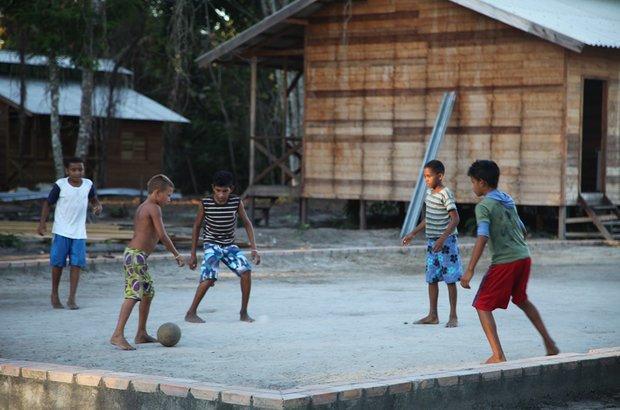 Garotos que estudam na escola praticam o esporte junto com crianças que moram na comunidade e ainda não frequentam as aulas. Este campo fica atrás das classes e também há outro maior, no meio das árvores da floresta.