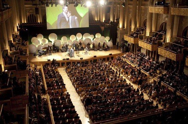 A Sala São Paulo vibrou quando o professor Alessandro de Oliveira Branco (no palco, com Dan Stulbach) cantou uma música de Cartola durante a festa