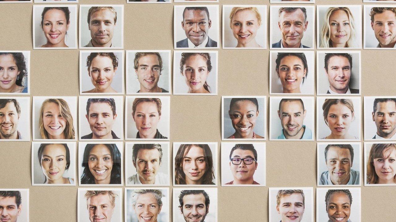 Uma colagem de fotos quadradas de rostos de pessoas lado a lado. Faltam alguns quadrados na imagem