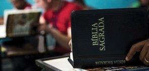 Biblia aberta dentro de sala de aula