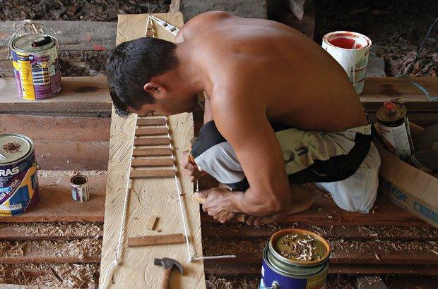 O ofício da carpintaria naval vem se perdendo com a não valorização dos saberes locais. Janduari Simões