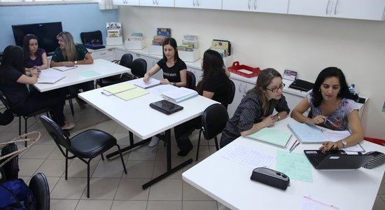 Professoras da EMEI Maria Alice Pasquarelli, em São José do Campos (SP), participam de reunião de formação.