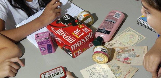 Alunas com embalagens usadas no ensino da língua inglesa, na EE Professor Antônio Sproesser. Foto: Rodrigo Erib