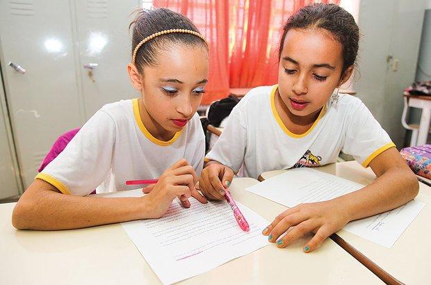 Em duplas, os alunos vivenciaram as etapas de reescrita, edição e revisão dos textos. Foto Manuela Novais. Ilustração Anna Cunha