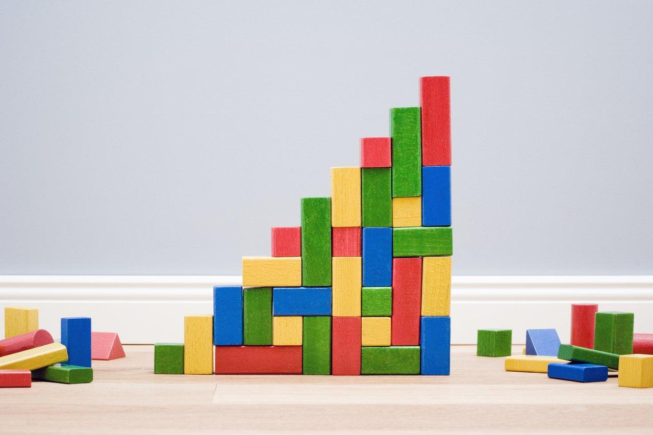 Blocos de construção multicoloridos em forma de escada