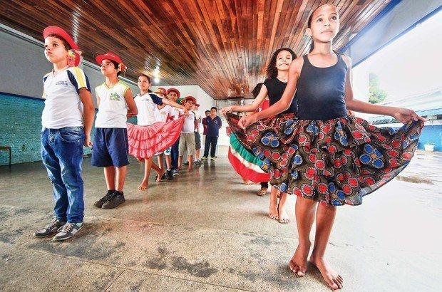 Na posição inicial, os meninos mantêm os braços para trás e as meninas seguram a saia. Marcos Negrini/Agência Phocus